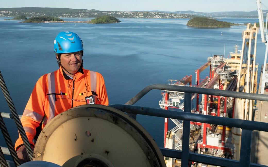 Med Langøyene, Rambergøya ved Gressholmen og Nesodden i bakgrunnen. Oslo Havns tekniske direktør Svein Olav Lunde med de nye kranene klare til å losses i land fra lasteskipet Aal Pusan.
