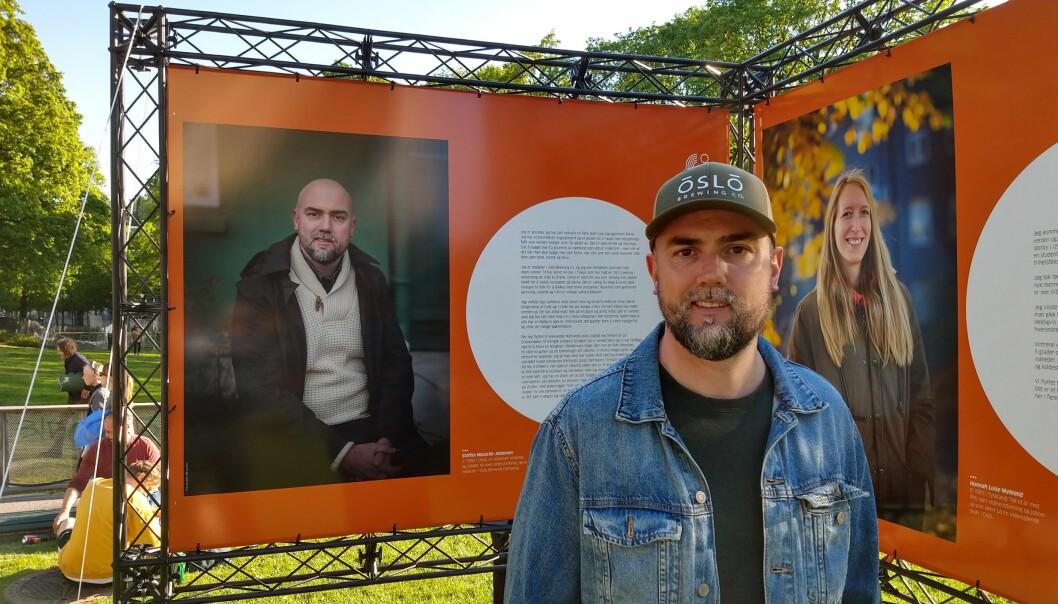Steffen Mussche-Johansen (41) foran portrettet av seg selv ved Alexander Kiellands plass.