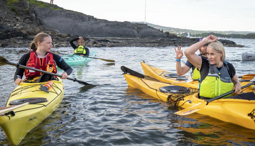 Instruktør Stein Hagen og Tuva Wallstad Stenersen (15) gir gode råd til de kongelige padlerne. Foto: Heiko Junge / NTB