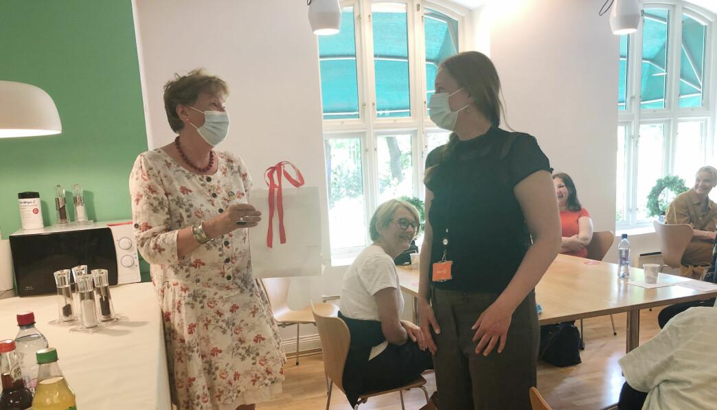 Tirsdag var dagen før dagen for ordfører Marianne Borgen (SV), som fyller 70 år i dag, onsdag 2. juni. Det hadde ikke gått Leieboerforeningen helt hus forbi, og gave ble overrakt av Mari Løken.