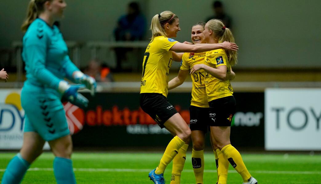 LSKs Nora Eide Lie blir gratulert etter 2-1 scoringen under Toppserien i fotball for kvinner mellom LSK Kvinner og Lyn i LSK hallen.Foto: Stian Lysberg Solum / NTB