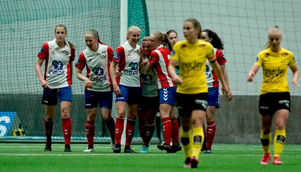 Lyn-spillerne gratulerer Sofie Mykkeltveit Tunes med 0-1 scoringen under Toppserien i fotball for kvinner mellom LSK Kvinner og Lyn i LSK hallen.Foto: Stian Lysberg Solum / NTB