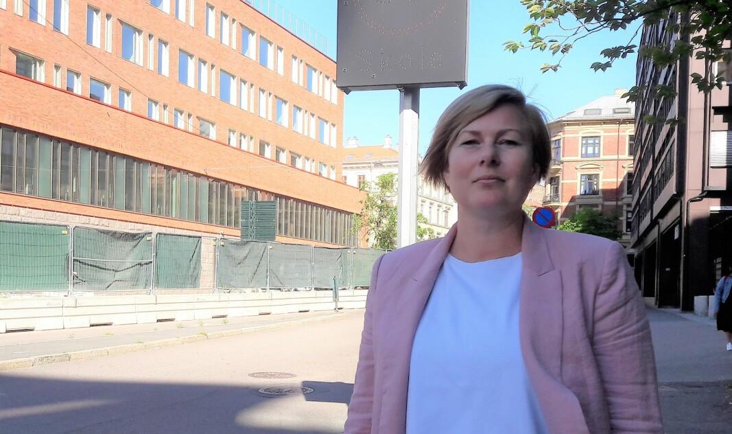 FAU-leder Maria Elisabeth Strand, ved Uranienborg skole, er bekymret for trafikksikkerheten. Hun vil gjerne ha lysende skilter som gjør bilistene i Briskebyveien oppmerksomme på skolen.