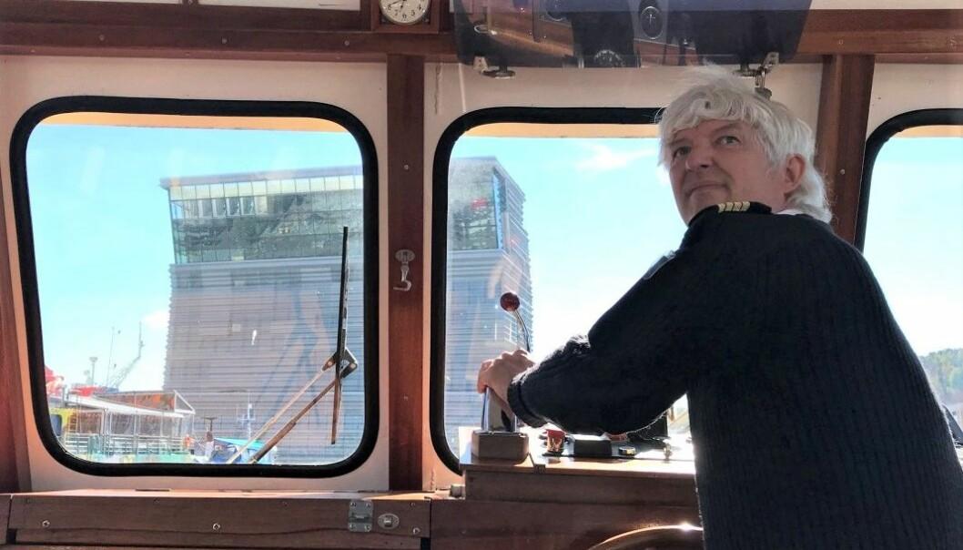 Skipper Helge Hafstad - med fartstid gjennom 30 år - styrer skuta på jomfruturen fredag 28. mai. Her under første utseiling med snuoperasjon mellom Munchmuseet og kultur- og badstuarenaen Salt på Revierkaia.