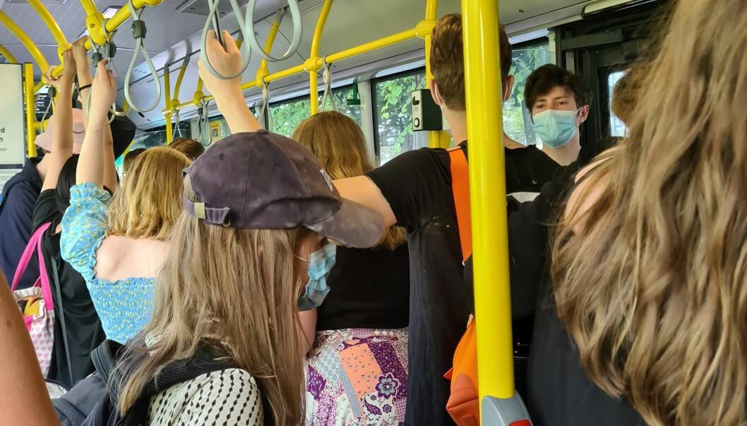 På 81-bussen utover langs Bunnefjorden kunne VårtOslos fotograf slå fast at folk har munnbind. Men avstanden var det verre med.
