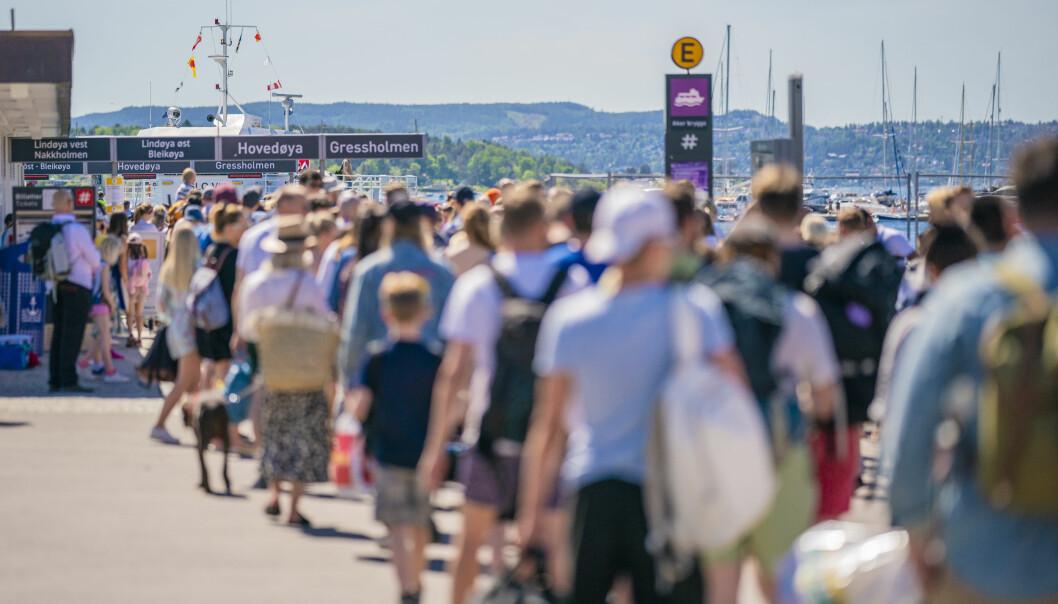 Lange køer på Rådhuskaia er blitt vanlig på fine sommerdager. Under korona har øyfergene en maksgrense på 100 passasjerer per avgang.