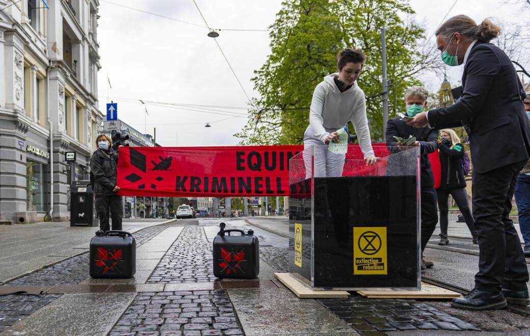 Extinction Rebellion under aksjonen ved krysset Kirkegata og Karl Johans gate i begynnelsen av mai. — Jeg pusta og gikk inn i rollen. Plutselig så føltes ikke vannet kaldt, sier Ronja.