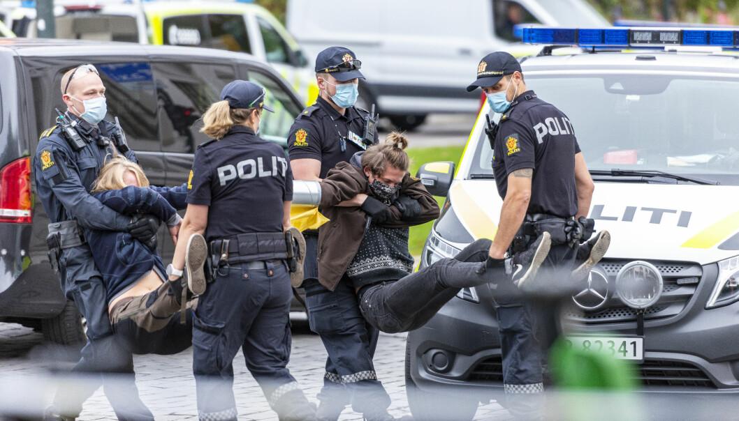 Extinction Rebellion-aksjonister innbringes av politiet under en aksjon i 2020.
