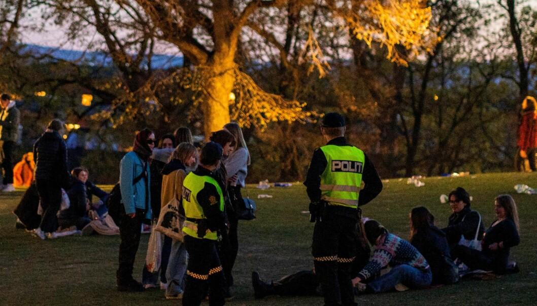 Politipatruljer rapporterer at det var god stemning i parken på St. Hanshaugen ved midnatt lørdag, og at folk etterkom beskjed om å skru ned høy musikk.