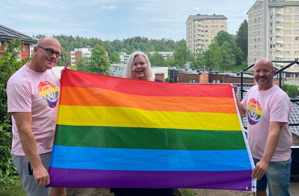 I hagen til Frode Jacobsen (til v.) markerte Bøler skoles rektor Britt Bøymo og leder av Arbeiderpartiets homonettverk, Jon Reidar Øyan, avsky mot hærverk og tyverier av Pride-flagg. Det gjorde de ved å heise sitt eget Pride-flagg.