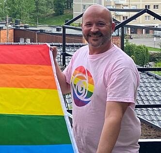Jon Reidar Øyan klar til å heise Pride-flagget.
