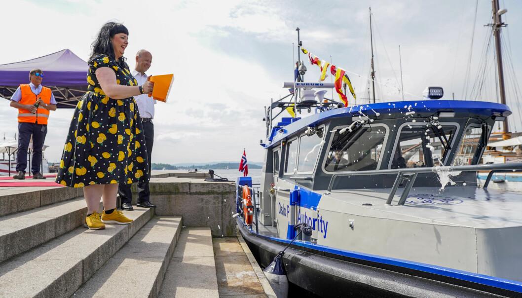 Byråd for næring og eierskap, Victoria Marie Evensen (Ap) er gudmor for Oslo Havns nye hybride havneoppsynsbåt som ble døpt ved Honnørbrygga i Oslo mandag.