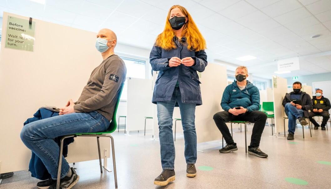 I april var det Hilde Arnesens (52) tur til å få første dose. Nå øker vaksineringstempoet i Oslo ytterligere og innen midten av juli skal alle voksne under 45 år ha fått tilbud om første dose.