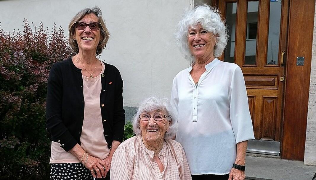 Robert Levins døtre, Sidsel (til venstre) og Mona bak Levins enke Solveig, utenfor Gabels gate 46b