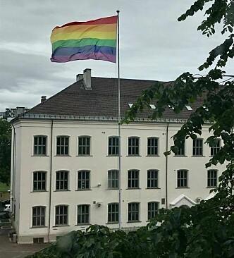 Slik ser det ut når Gamlebyen skole får ha regnbueflagget sitt i fred.