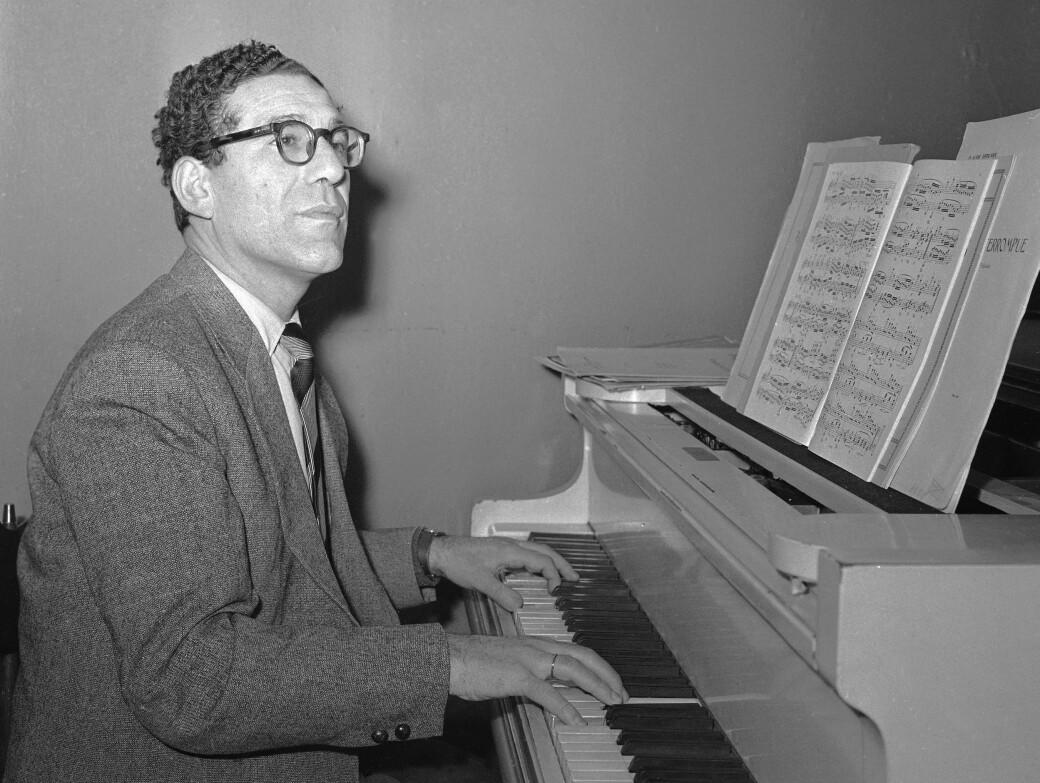 Pianisten Robert Levin i kjent positur ved flygelet.