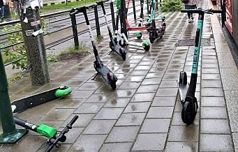 Politiet: - Misfornøyd mann kastet elsparkesykler ut i gata ved Holbergs plass