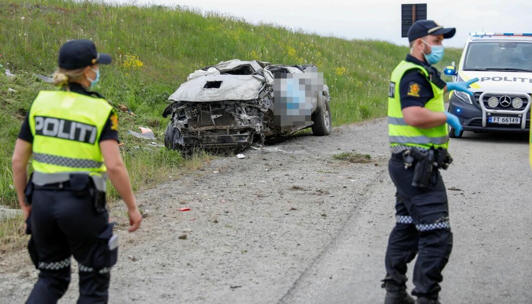 Politiet ved vraket av bilen den drapssiktede mannen i 20-årene svingte i motgående kjøreretning på E6 langs Mjøsa, mellom Morskogen og Espa, ved sekstiden tirsdag morgen.