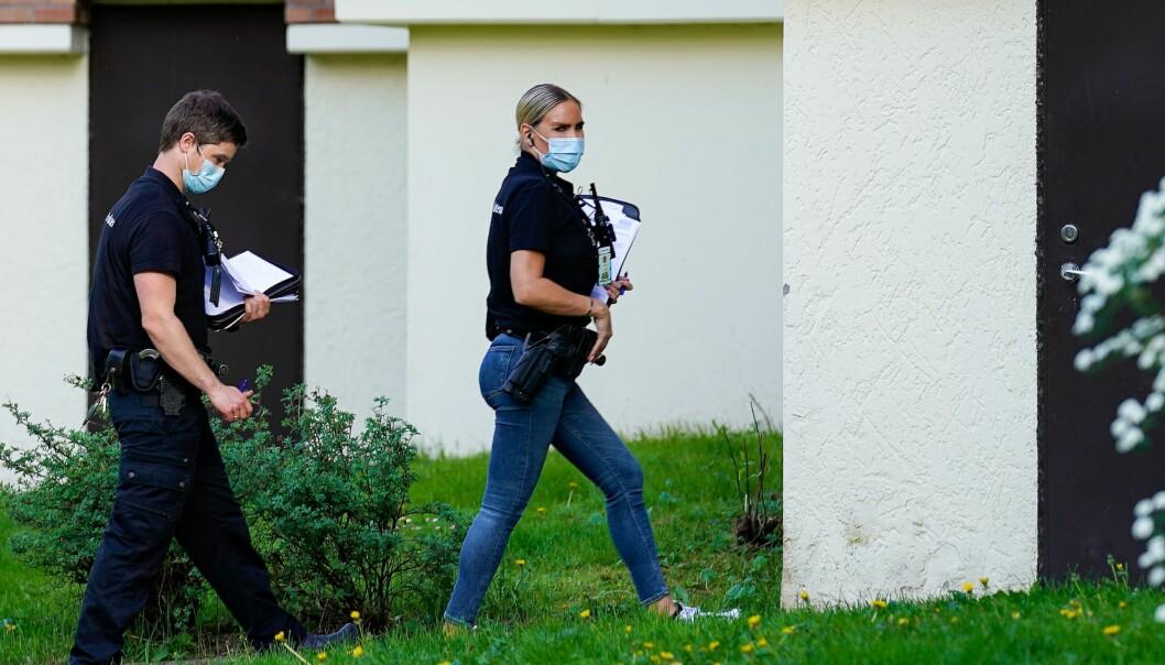 Politiet gjør undersøkelser ved leiligheten på Hellerud der den døde kvinne ble funnet tirsdag morgen.
