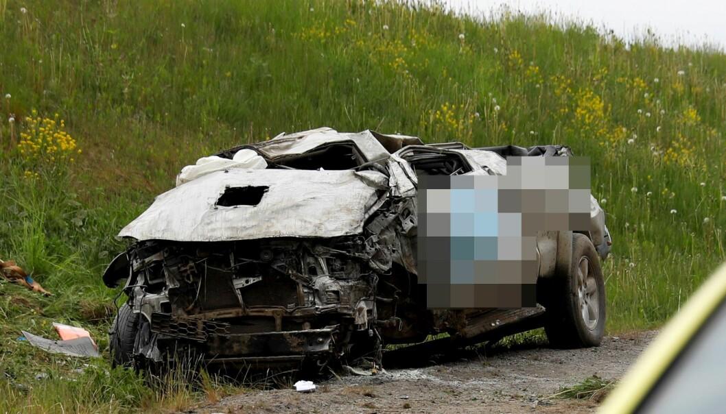 Både den drapssiktede mannen og de to personene i varebilen han kolliderte med skal ha kommet fra frontkollisjonen uten alvorlige skader.