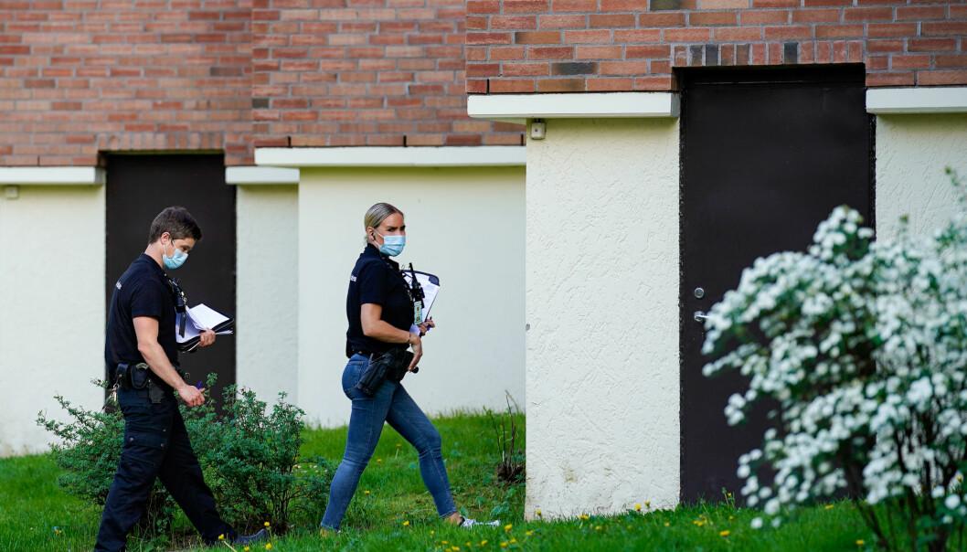 Politiet gjør undersøkelser på Hellerud i Oslo der en kvinne tirsdag ble funnet drept inne i en leilighet. En mann i 20-årene er pågrepet og siktet i saken.