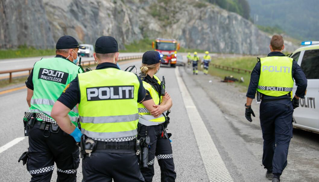 En mann i 20-årene som kjørte den ene bilen er siktet for drap på en kvinne i Oslo, og for drapsforsøk etter å ha kollidert da han kjørte mot kjøreretningen på E6.