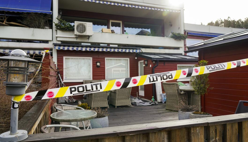 Politiets sperrebånd ved en leilighet der advokat Tor Kjærvik ble funnet drept på Røa mandag 12. april i år. Foto: Ole Berg-Rusten / NTB
