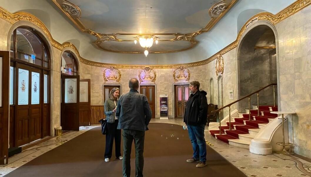Fagleder Gro Bonesmo på befaring i utstillingslokalene, som er lobbyen på Nationaltheateret.