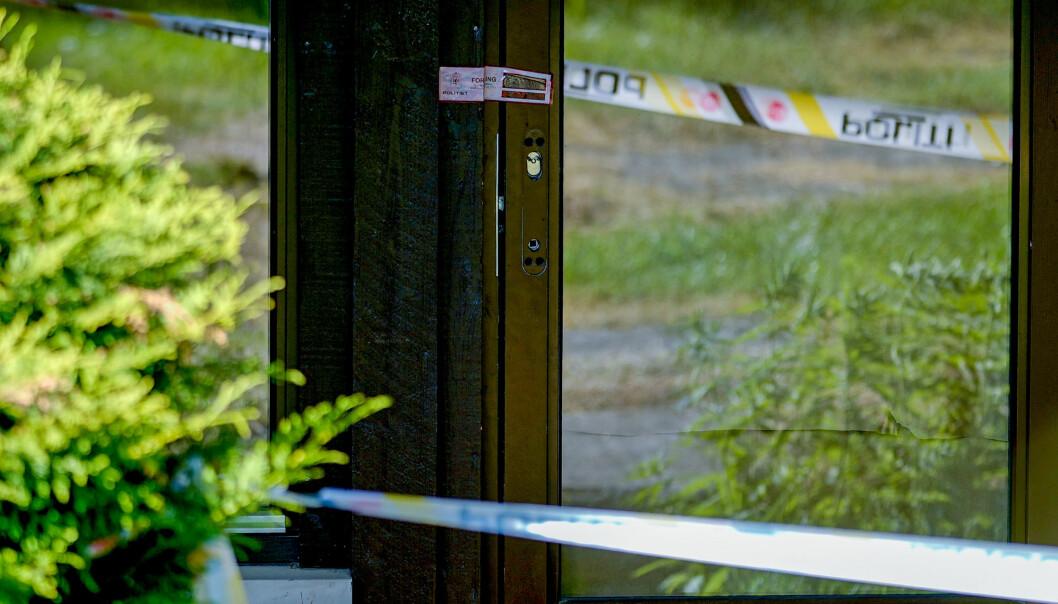 Plombert dør på Hellerud i Oslo der en kvinne tirsdag morgen ble funnet drept inne i en leilighet. En mann i 20-årene er pågrepet og siktet i saken.Foto: Fredrik Hagen / NTB