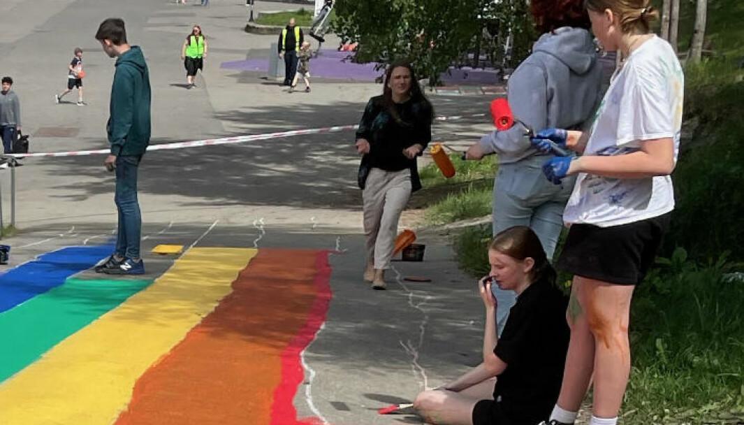 Et robust regnuesymbol som det blir vanskelig å stjele ble malt på veien ned til skolegården på Bøler skole denne uka. På Bøler har de klassesamtaler om Pride-uka og hva som er bakgrunnen for mangfoldskampen til LHBTQ-bevegelsen.