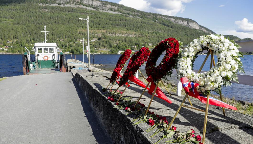 Utøya 20200722. Blomsterkranser på Utøyakaia under Ni-årsmarkering for terrorangrepet på Utøya 22. juli 2011.Foto: Berit Roald / NTB
