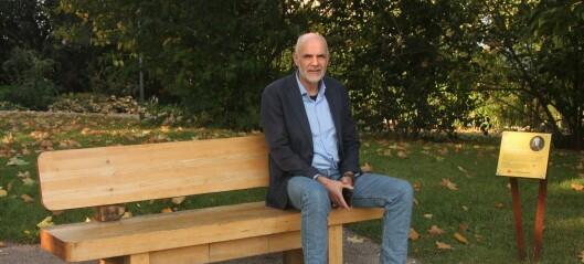 Den kontroversielle Carl von Linné-benken i Botanisk hage får nytt skilt etter rasismedebatt