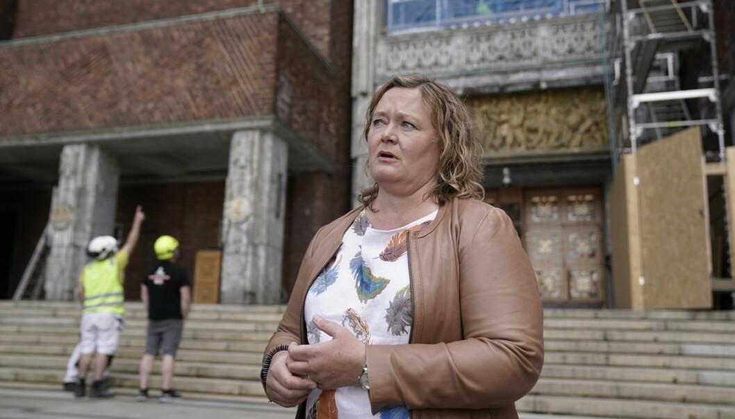 Gruppeleder i Høyres bystyregruppe I Oslo, Anne Haabeth Rygg, utenfor Rådhuset i forbindelse med mistillitssaken mot byråd Lan Marie Berg (MDG).