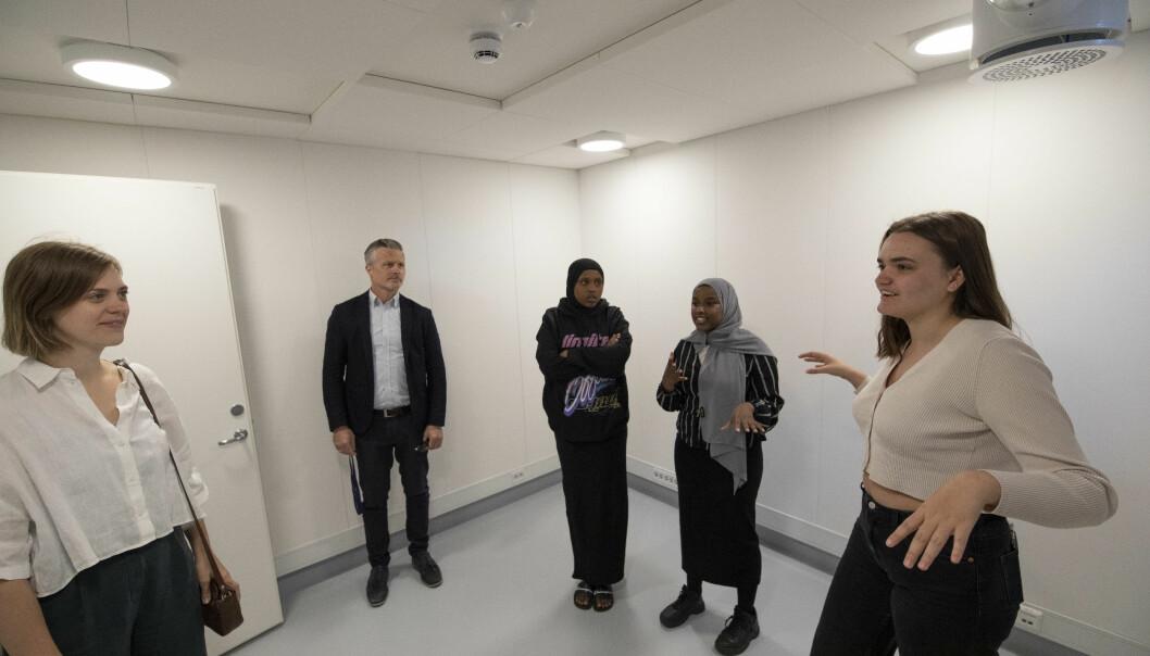 Katarina Lyng (til høyre) forklarer bydelsutvalgsleder i bydel St Hanshaugen, Ingrid Fjellberg (MDG) og bydelsdirektør Martin Veland om hva ungdommen har tenkt å bruke de forskjellige rommene til.
