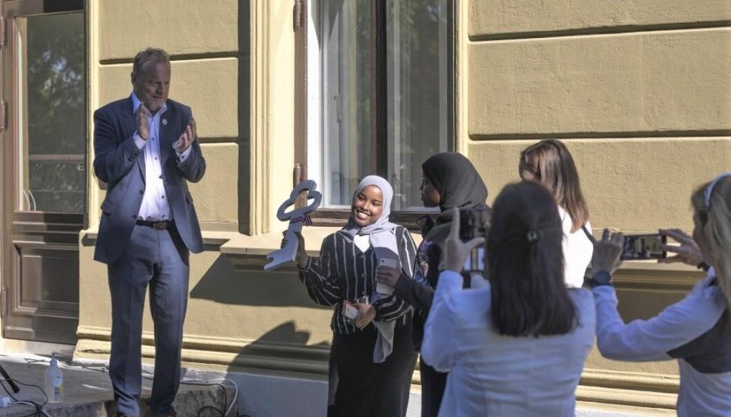 Byrådsleder Raymond Johansen sto for nøkkeloverrekkelsen. Aicha Ali (15) jubler over at ungdommene endelig har sitt eget hus i Stensparken.