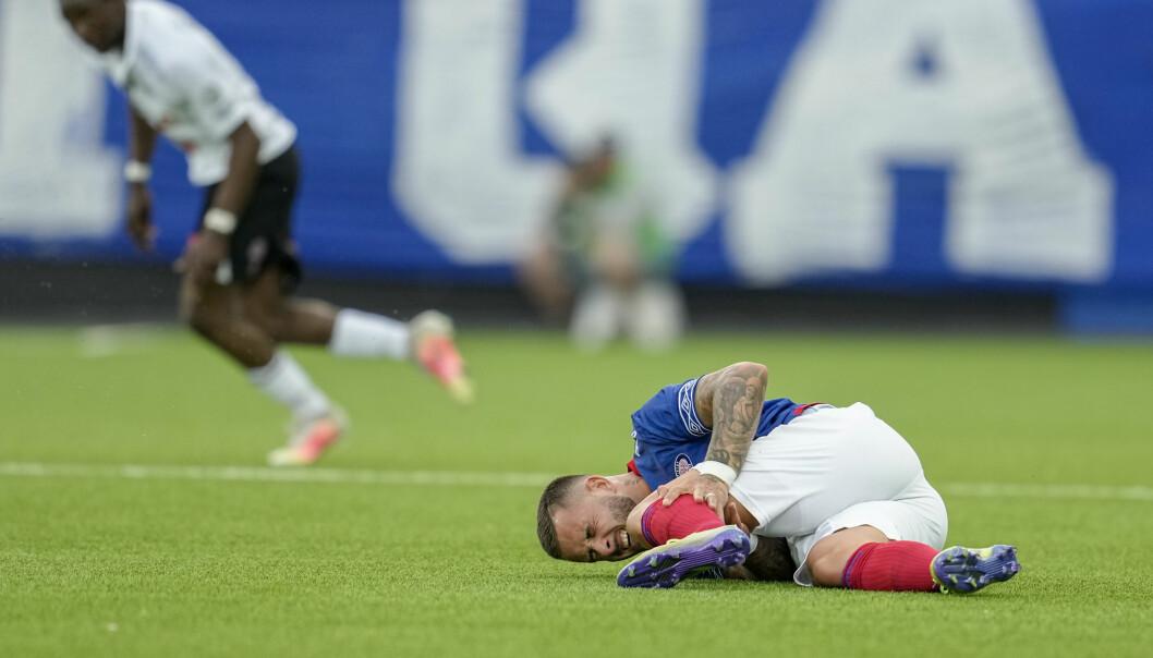 VIFs Aron Dønnum ligger nede etter en duell med Odds John Kitolano under eliteseriekampen i fotball mellom Vålerenga og Odd på Intility Arena. Foto: Fredrik Hagen / NTB