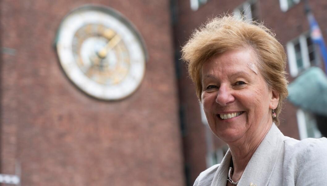 Ordfører Marianne Borgen (SV) på vei inn i Rådhuset via Borggårds-inngangen. I dag skal hun snakke med alle bystyrets 11 gruppeledere.