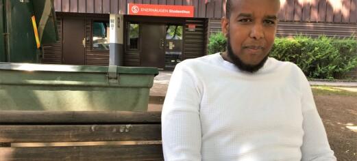Abdi (34) og familien hans må ut av Enerhaugen studenthus på Tøyen. Studentsamskipnaden vil stykke opp leilighetene i studentblokka. – Sjokkerte
