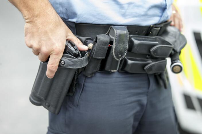 - Politiet måtte bevæpne seg på seks oppdrag i natt der folk brukte pistol, kniver eller slagvåpen