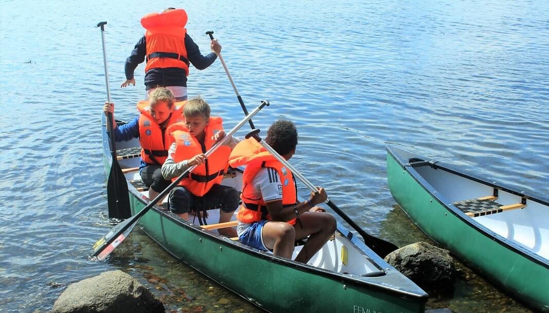Tradisjonelle ferieaktiviteter står i fokus når barn og unge gjester feriekolonen i Tønsbergfjorden.