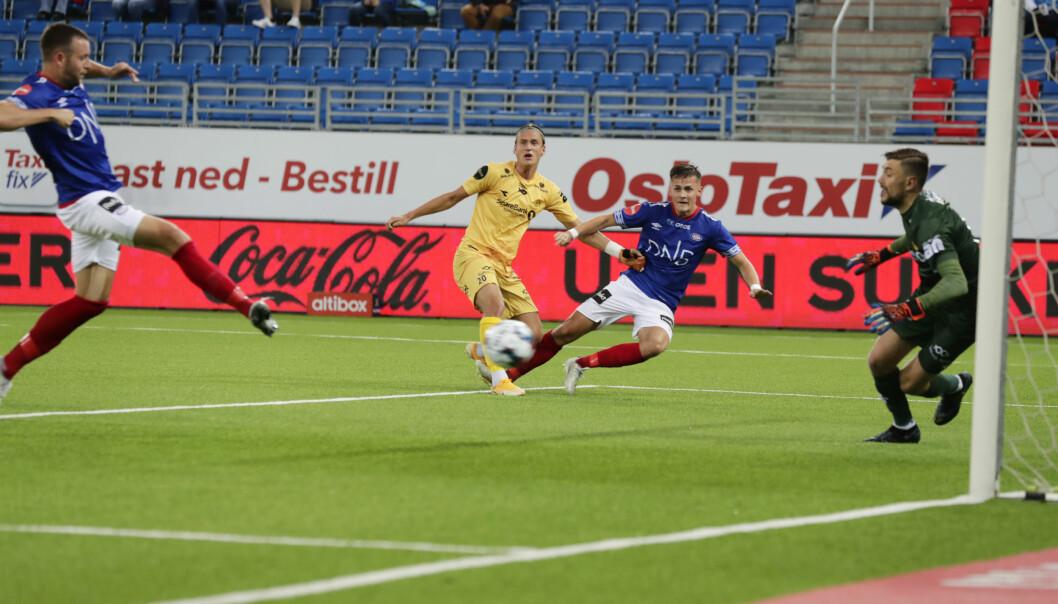 Vålerengas Jonatan Tollås Nation (til h.) scorer på Bodø/Glimts keeper Nikita Haikin.