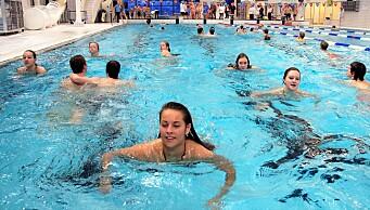 Snart to uker etter gjenåpningen er svømmehallene i byen fremdeles stengt. Hva skjer?