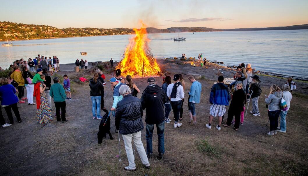 Tradisjonelt samles folk langs vannkanten for sankthansfeiringen. Her fra en tidligere feiring på Ulvøya.
