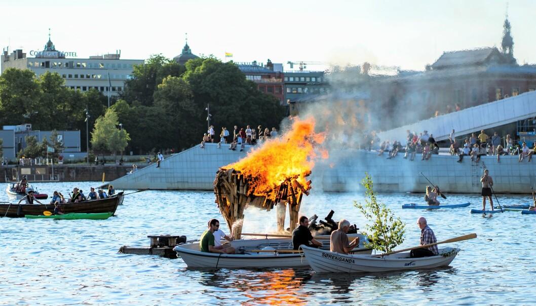 Også i år inviterer Oslo badstuforening til sankthansbål utenfor Sukkerbiten i Bjørvika.