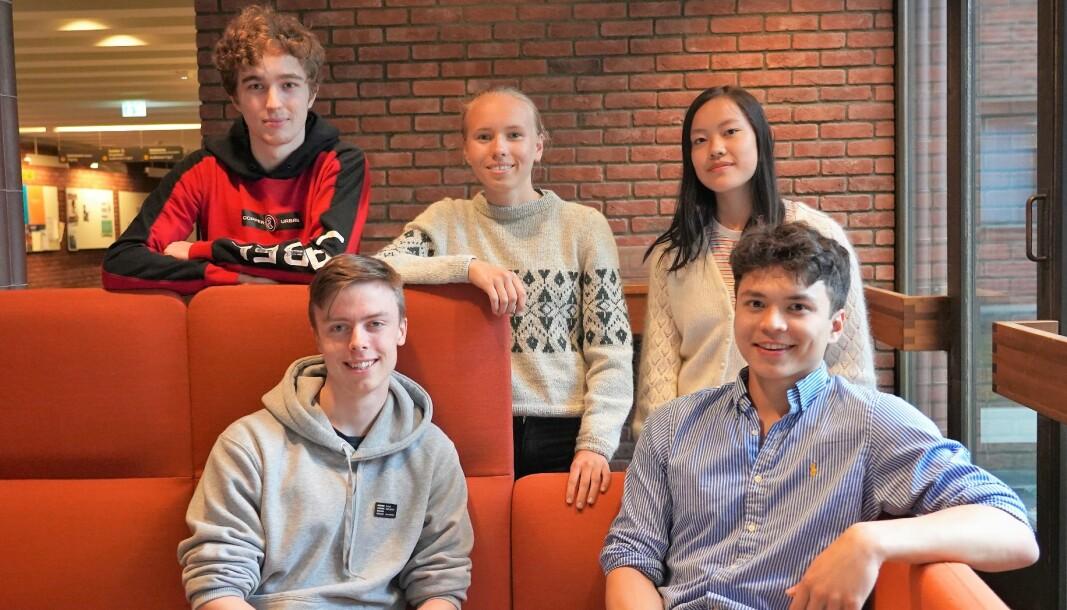 Disse fem Oslo-elevene har kvalifisert seg til realfags-OL. Bak fra venstre: Dorde Veljkovic (Kuben videregående), Tina Kalleson (Oslo Katedralskole) og Alma Hagen (Nydalen videregående). Foran fra venstre: Burton Lyng-Olsen (Norges Realfagsgymnas) og Samuel Klouman Stoknes (Oslo Katedralskole).