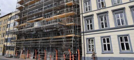 Fasadeflisene på moskéen i Åkebergveien falt av. Nå er endelig restaurering av praktbygget i gang