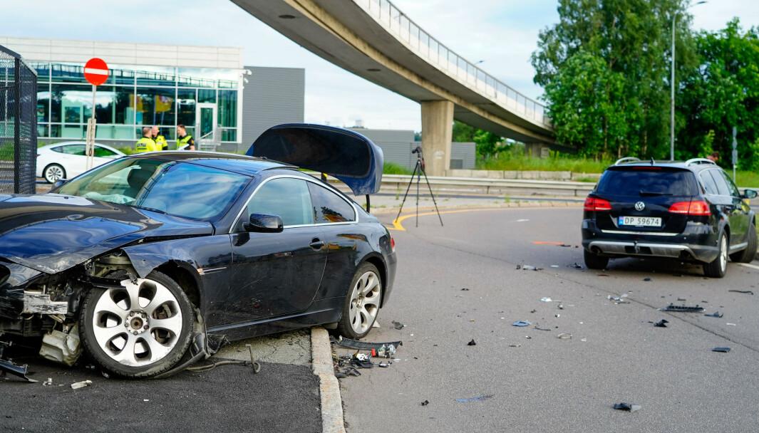 En politibil (t.h.) var innblandet i en kollisjon mellom to biler ved Risløkka i Oslo tirsdag kveld. Foto: Terje Pedersen / NTB
