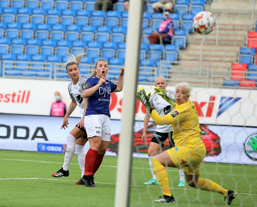 Ingibjörg Sigurdadottir og Vålerenga tok tre nye poeng i Toppserien tirsdag kveld. Her scorer islendingen hjemmelagets første mål