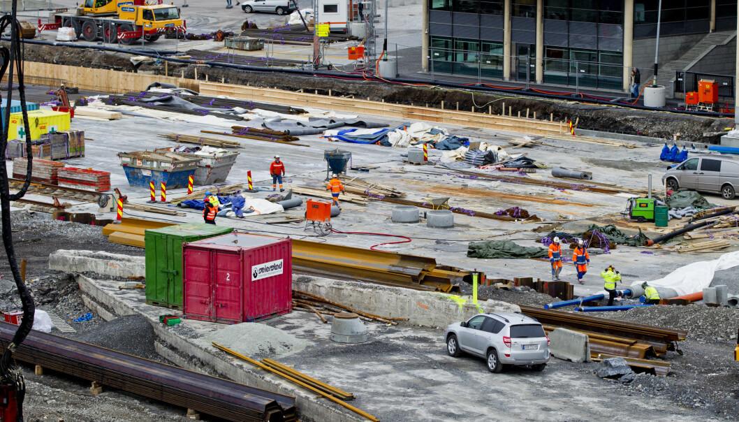 Dokumentasjon på hvordan arbeidsgivere i byggebransjen behandler ansatte, er nettopp levert i en ny rapport fra A-krimsenteret. Bildet er tatt i et byggeområde i Bjørvika i 2014. Illustrasjonsfoto: NTB