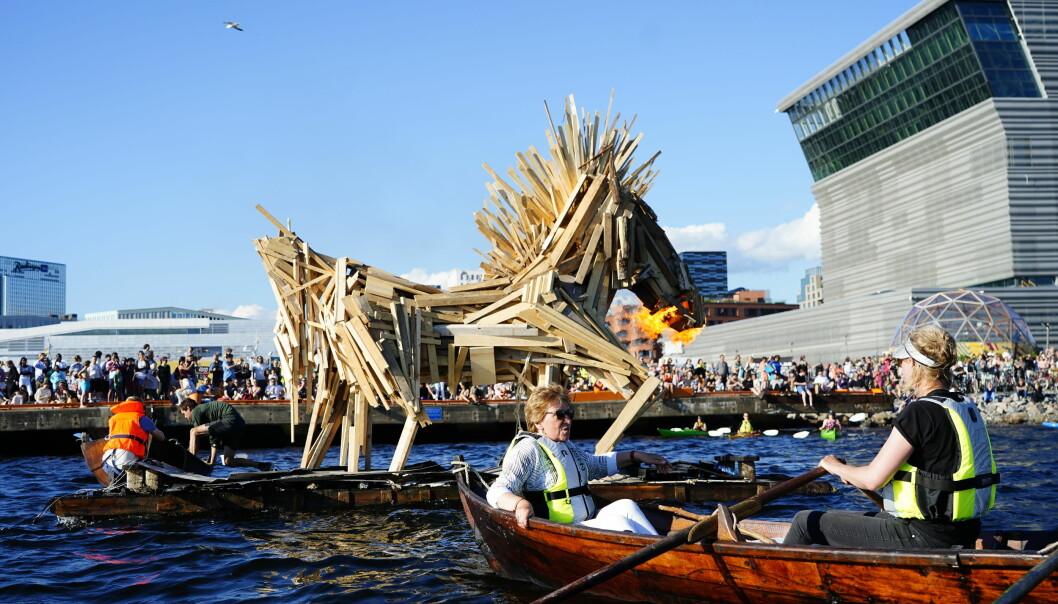 Oslo-ordfører Marianne Borgen (SV) tente bålet fra en robåt. Foto: Terje Pedersen / NTB